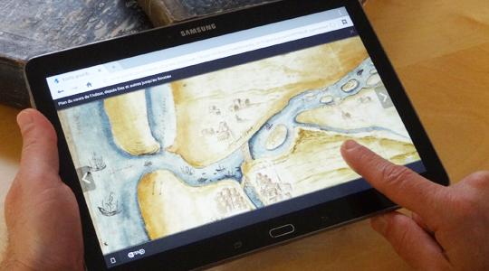 doigt faisant défiler une carte sur tablette